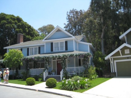We don't know which character owns this house from Desperate Housewives, sorry...