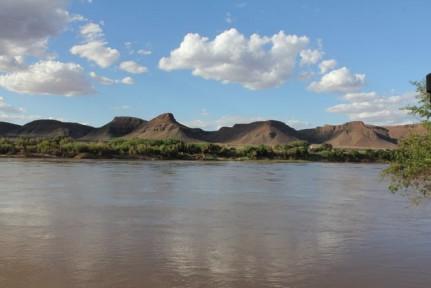The murkey waters of Orange River...